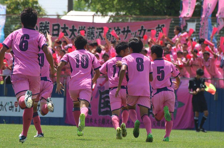 炎天下で連戦するIHサッカーの死闘。日大藤沢が考えた17人で勝つ方法。<Number Web> photograph by Takahito Ando