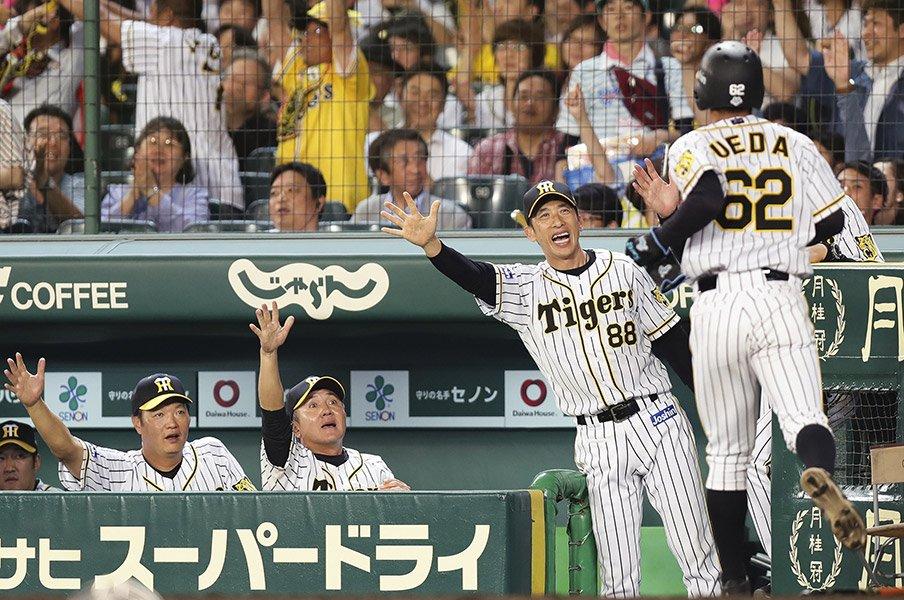 ノムさんがボヤキ、エモやんが叱る。阪神の「矢野ガッツ」が謎の論争に。<Number Web> photograph by Kyodo News