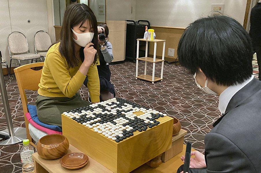 祖父は伝説の棋士、22歳藤沢里菜女流四冠が達成した女性初の快挙とは【共用スリッパで帰るドジっ子だけど】