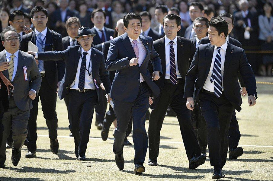 東スポの「人面魚」に「桜を見る会」。スポーツ紙はうしろからでも面白い。<Number Web> photograph by Kyodo News