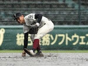"""甲子園で物議《8回途中…""""降雨コールド決着""""で良かったのか?》 敗れた東海大菅生監督は「ルールなんで仕方ないです」"""