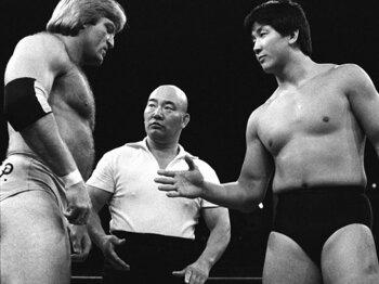 引退後は審判部長も務めた山本(中央)。前田日明の希望で日本再デビュー戦も裁いた