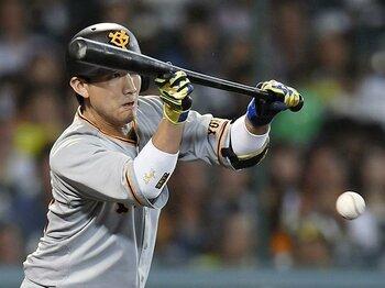 巨人・小林誠司が生き残るために、打撃だけではない重要な課題とは。<Number Web> photograph by Kyodo News