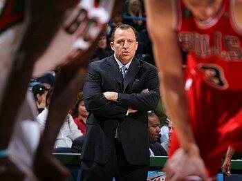 好調ブルズを牽引する、謎のヘッドコーチの素顔。~情熱の遅咲き指揮官がデビュー~<Number Web> photograph by NBAE/Getty Images