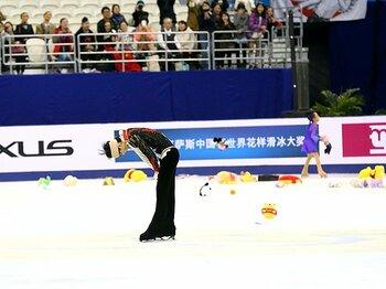 羽生結弦が見せた王者の誇りと、男子フィギュア最悪の事故の背景。<Number Web> photograph by YUTAKA/AFLO SPORT