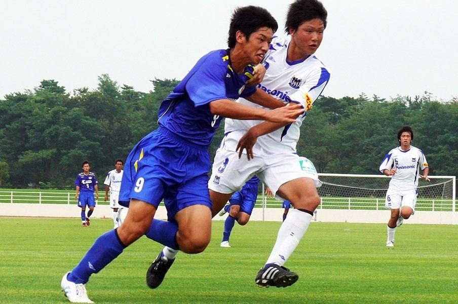 大迫勇也はポストと得点を両立する。高校時代に恩師と挑んだ意識改革。<Number Web> photograph by Takahito Ando