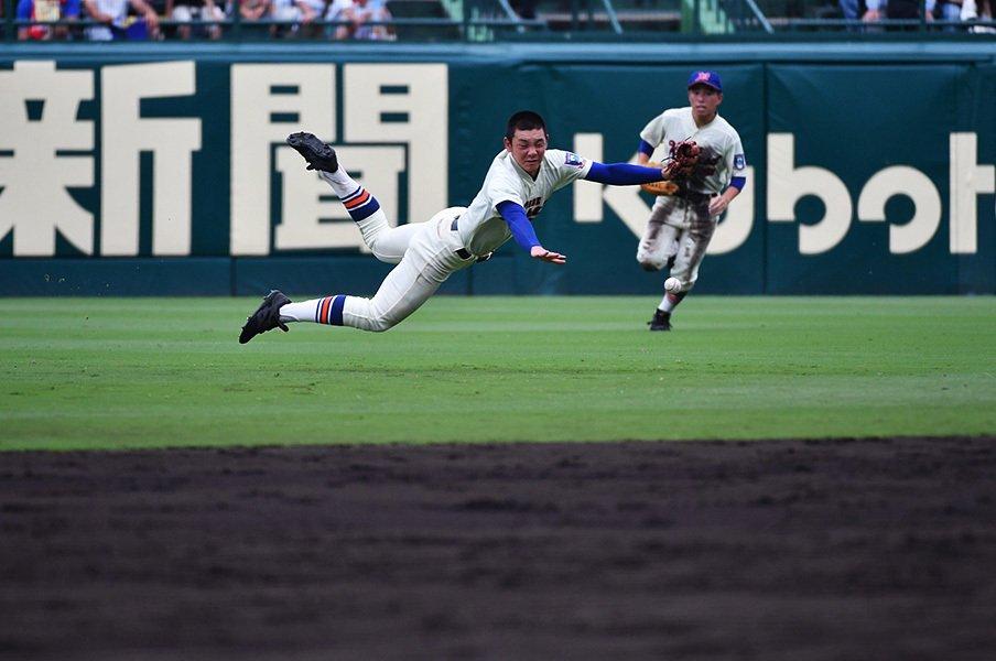 """神戸国際大付は負け姿まで個性的。甲子園でも際立つ選手の""""雄弁さ""""。<Number Web> photograph by Hideki Sugiyama"""