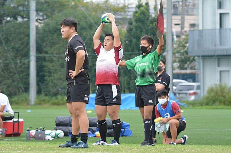 早稲田大学ラグビー部の練習でアシスタントレフリーを務める古瀬(1年)。レフリーを経験して、ラグビーの奥深さに魅了された / photograph by WASEDA University