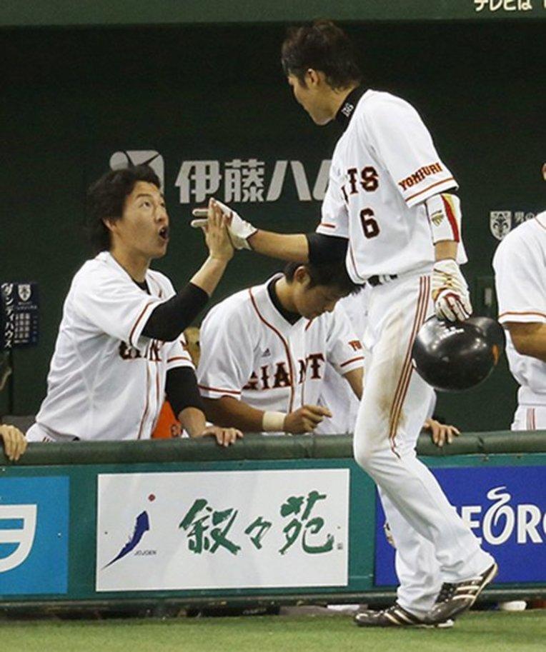 2012年の最終戦、長野は自らの安打数173に並んだ坂本を笑顔でベンチに迎えた (C)KYODO / photograph by