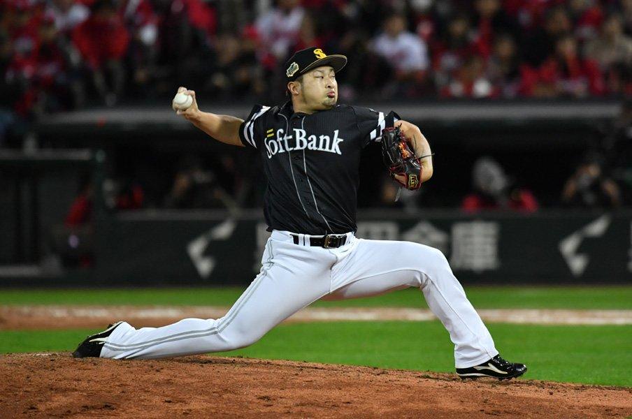 鷹の守護神・森唯斗の球筋は必見。1球ごとに「性格」がある魔球とは。<Number Web> photograph by Kyodo News