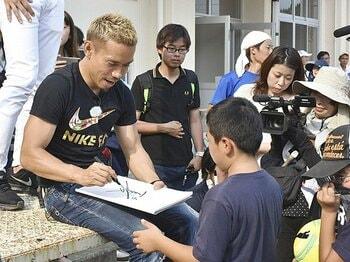 長友佑都、車内から叫んだ15歳の春。「絶対に革命を起こしてやる!」<Number Web> photograph by Kyodo News