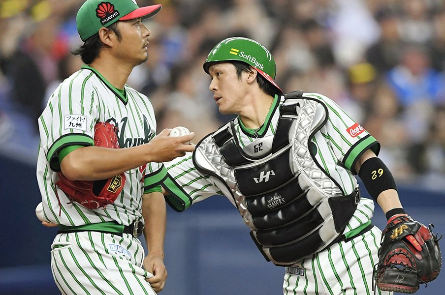 ドラ1との捕手争い制した育成6位。SB甲斐拓也はなぜ大出世したのか。<Number Web> photograph by Kyodo News