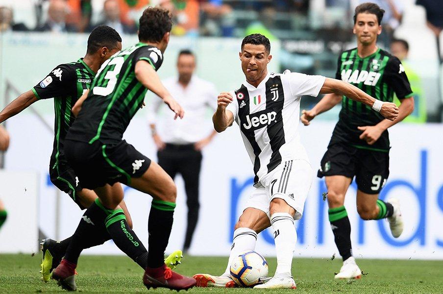 ロナウドを封じろ――。最強FWと守備の国イタリアDFたちの熱き攻防。<Number Web> photograph by Getty Images