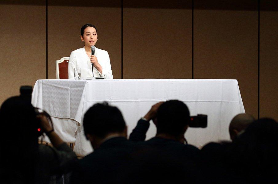 会見場は、かけつけたメディアでごった返していた。それでも、浅田真央は穏やかな笑みを湛えて会見に臨んだ。