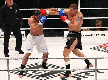 大晦日のGLORYでシュルト(写真右)は「日本の格闘技の状況が良くなりうれしく思う」と語った。