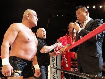 1年2カ月ぶりに来場した小川(右)が乱入し、リング上で藤田(左)と一触即発ムードとなった。