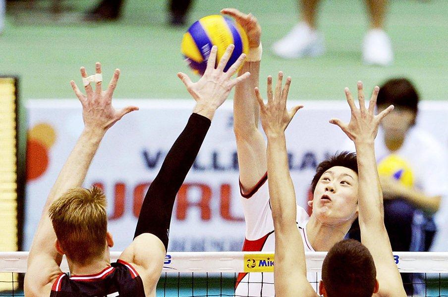 男子バレー代表、まさかの会場満員!?若いエースと爽快な試合が面白い。<Number Web> photograph by KYODO