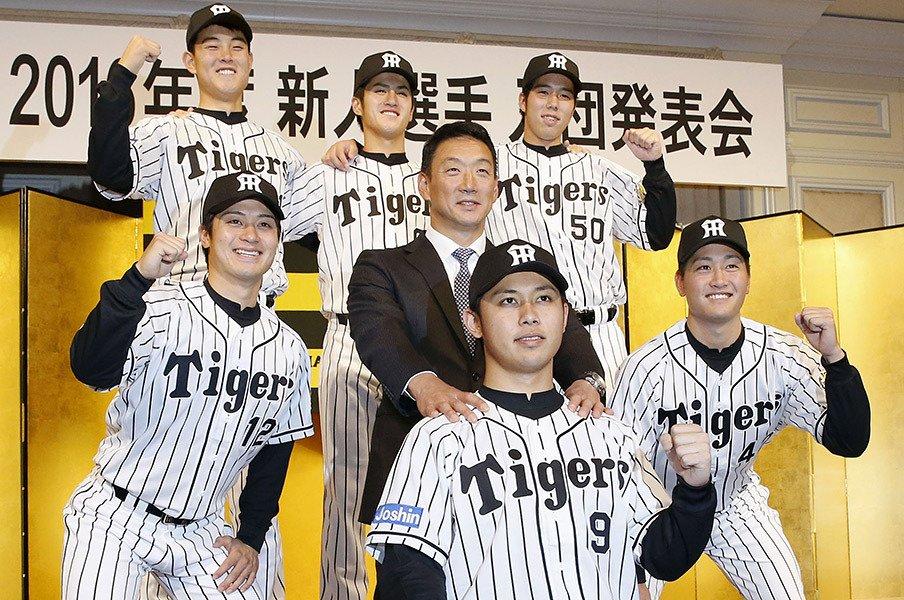 """ルーキーの""""危ないネタ""""に笑う、金本新監督の豪快なムードづくり。<Number Web> photograph by Kyodo News"""