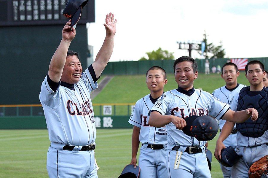クラーク国際の監督は不死身で昭和。3年前、9人で作った野球部が甲子園。<Number Web> photograph by NIKKAN SPORTS