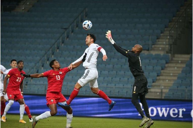 前半、セットプレーの流れから久保が蹴ったボールを吉田が合わせに行く場面もあったが……©JFA / photograph by