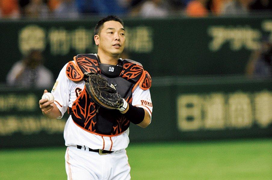 """ある投手の""""塩コショウ""""が阿部慎之助の成長を促した。~18番が粘り強く伝えたこと~<Number Web> photograph by Nanae Suzuki"""