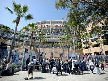 強いチーム? やる気のある従業員?スタジアムを満杯にするのは誰か。<Number Web> photograph by Getty Images