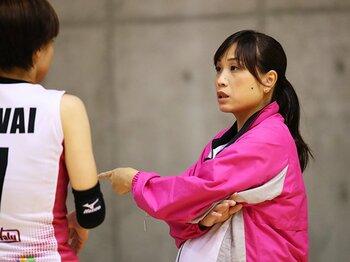 妊娠9カ月までコートサイドに立つ。監督・竹下佳江の求心力の源は何か。<Number Web> photograph by AFLO SPORT