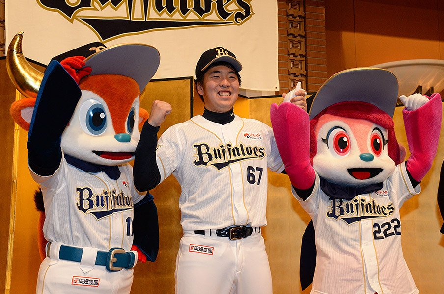新入団選手発表で、球団マスコットとともに笑顔の佐藤世那。甲子園準優勝投手にしては大きな背番号67が彼の立場を物語る。