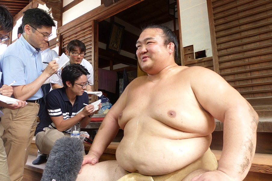 先々代の師匠・隆の里が30歳の時に綱獲りを果たした名古屋場所。当時と同じ、仏地院の境内に座った30歳となる稀勢の里。