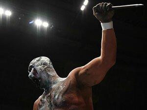 不気味な鬼になった獣神が恐ろしい。ライガーが脱ぎ捨てた仮面とスーツ。