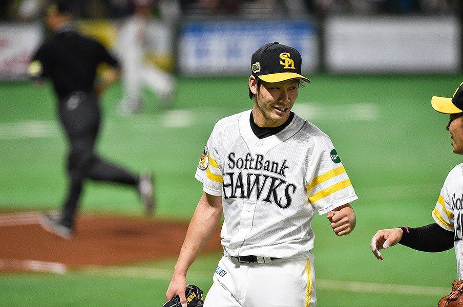 姿はあの頃のまま、捕球音は銃声。武田翔太が教えてくれた「点検箇所」。<Number Web> photograph by Nanae Suzuki