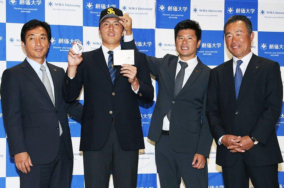田中正義を送り出す創価大・岸監督。「割と軽く考えてピッチャーにした」<Number Web> photograph by Kyodo News