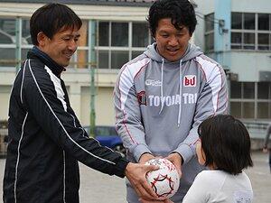 ラグビーW杯の功績を風化させない!元日本代表が子供達に託したボール。