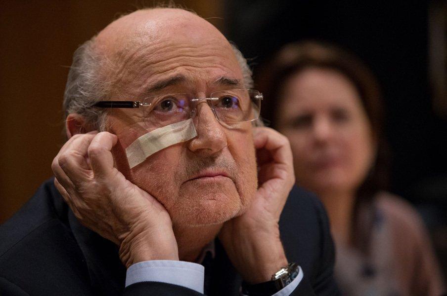 FIFAの倫理委員会の発表を受けて記者会見に応じたブラッター前FIFA会長。