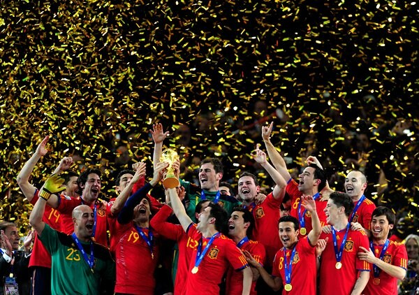 W杯トロフィーを掲げる歓喜のスペイン代表