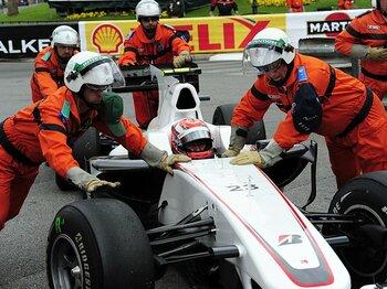 """一か八かの""""秘策""""に賭けた可夢偉。「F1て、こんなに壊れますか?」<Number Web> photograph by Hiroshi Kaneko"""