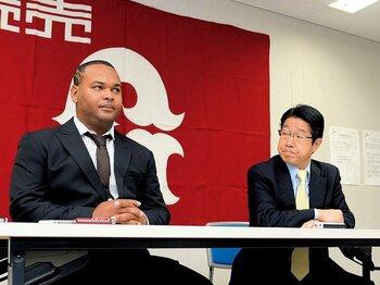 4月23日のフランシスコ入団会見での原沢前GM兼編成本部長。