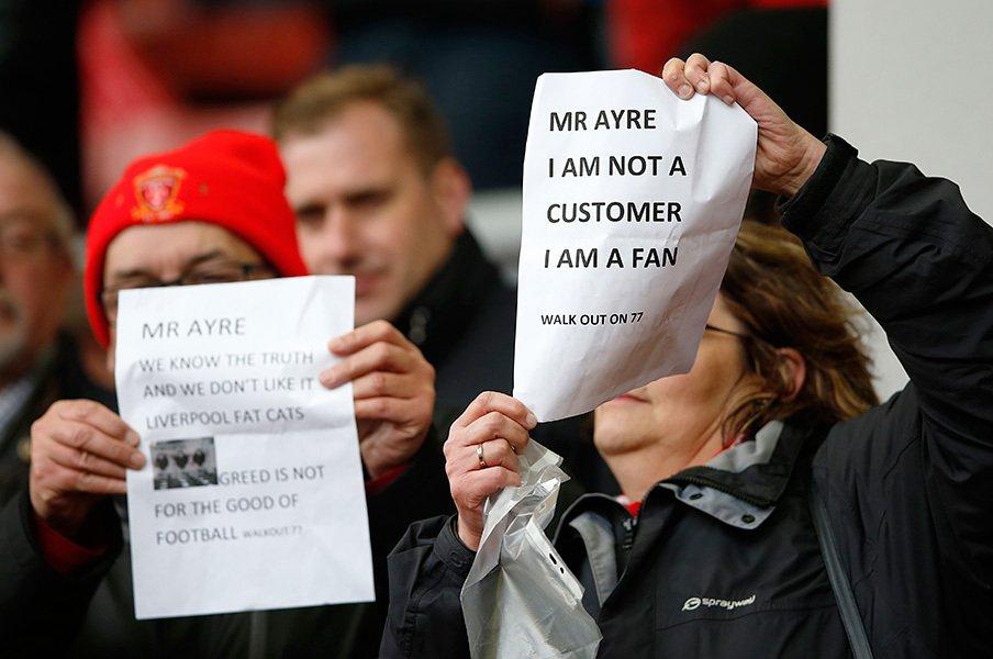 「私は顧客ではない、ファンだ」という抗議文を掲げる人々の声はリバプール経営陣にどれほど届くのだろうか。