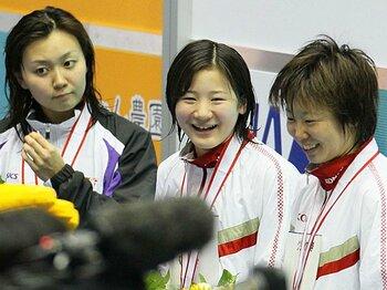 中学記録も14年ぶりに更新。優勝直後も号泣したが、表彰式では笑顔を見せた細田(中央)
