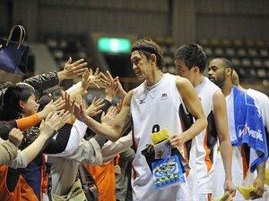 """41歳で選手と社長の二足のわらじ。""""バスケ界の鉄人""""折茂武彦の挑戦。"""