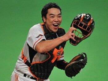 """「捕手なのに打てる!」のではない。""""バットマン""""阿部慎之助を巡る物語。<Number Web> photograph by Hideki Sugiyama"""