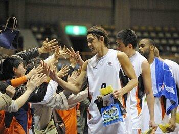 """41歳で選手と社長の二足のわらじ。""""バスケ界の鉄人""""折茂武彦の挑戦。<Number Web> photograph by AFLO"""