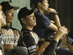 新任コーチを見守る栗山監督。チームを成熟させるための「静」。