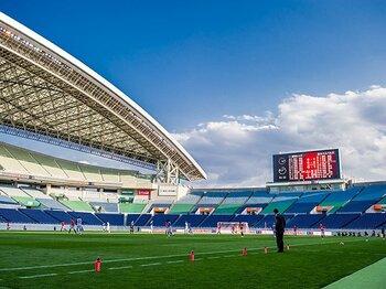 青い空、5機のヘリ、殺風景な埼スタ。観客のいないスタジアムで考えたこと。<Number Web> photograph by Atsushi Kondo