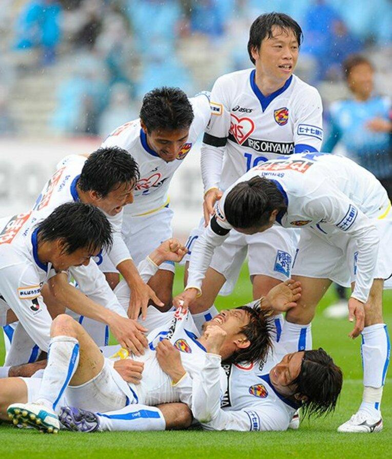 2011年4月23日、太田吉彰のゴールに喜ぶ仙台イレブン / photograph by Toshiya Kondo