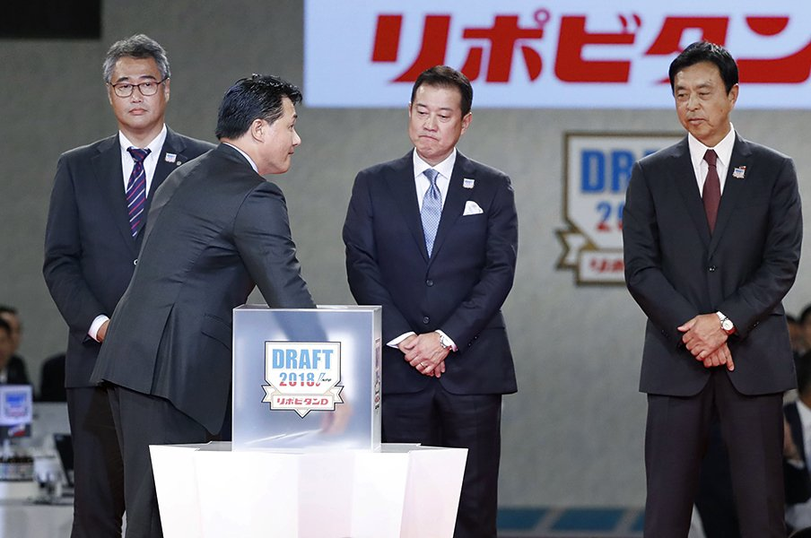 与田剛の右手は下から2番目を選んだ。根尾昂と竜の未来を握る、戦う男の手。<Number Web> photograph by Kyodo News