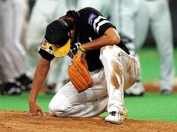 <悲運のプレーオフから5年> 斉藤和巳の忘れもの。 ~リハビリに励む今も去来する想い~<Number Web> photograph by NIKKAN SPORTS