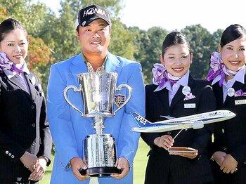 今季初優勝を飾った小田孔明。移籍と新クラブが変えたもの。<Number Web> photograph by Hochi Shimbun/AFLO