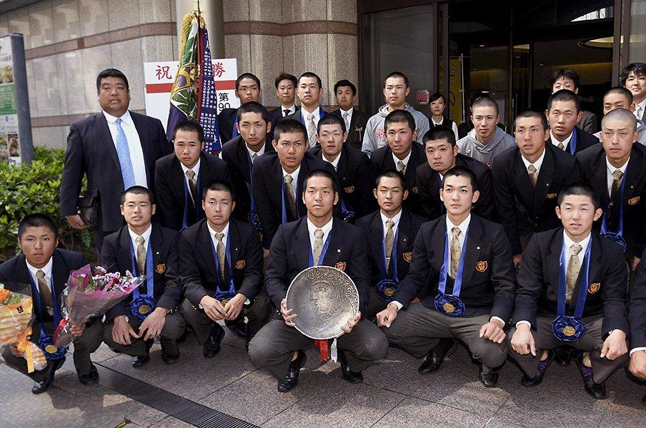 大阪桐蔭の深さを知った草むしり。彼らの目標は「甲子園」ではない。【2018年 野球部門3位】<Number Web> photograph by Kyodo News