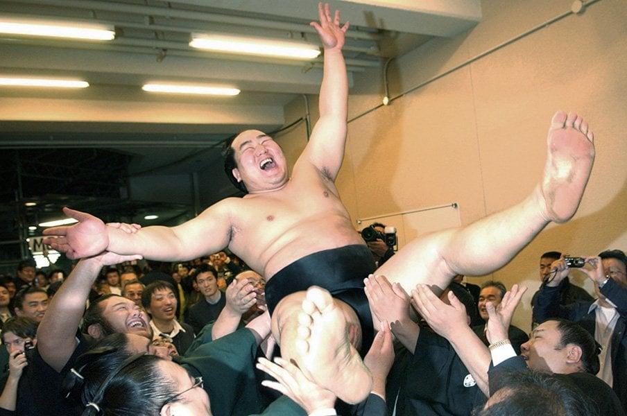 """ヒール横綱の元付け人たちが語る、朝青龍は""""気のいいあんちゃん""""。<Number Web> photograph by Kyodo News"""